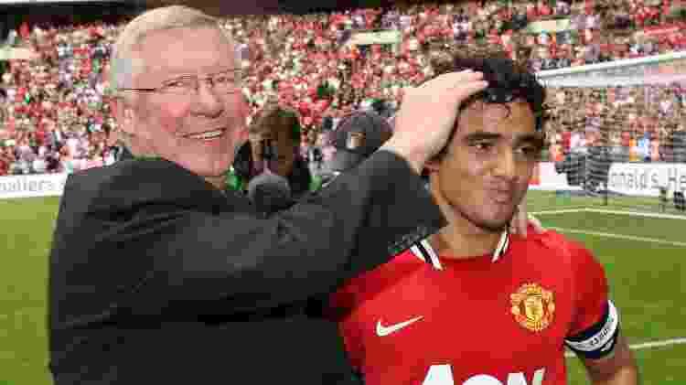 Alex Ferguson cumprimenta Rafael após vitória do Manchester United sobre o City em 2011 - John Peters/Manchester United via Getty Images - John Peters/Manchester United via Getty Images