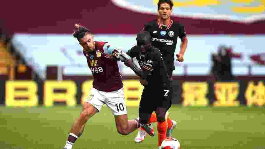 "N""Golo Kante disputa bola com Jack Grealish em duelo Chelsea x Aston Villa - Molly Darlington/Pool via Getty Images"