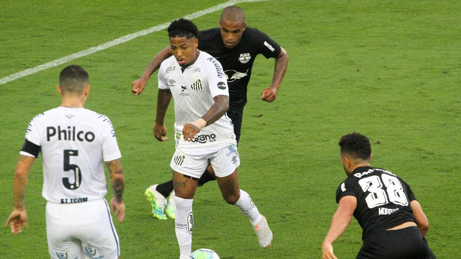 Atacante Marinho em ação no jogo entre Santos e Red Bull Bragantino na Vila Belmiro -  Fernanda Luz/AGIF