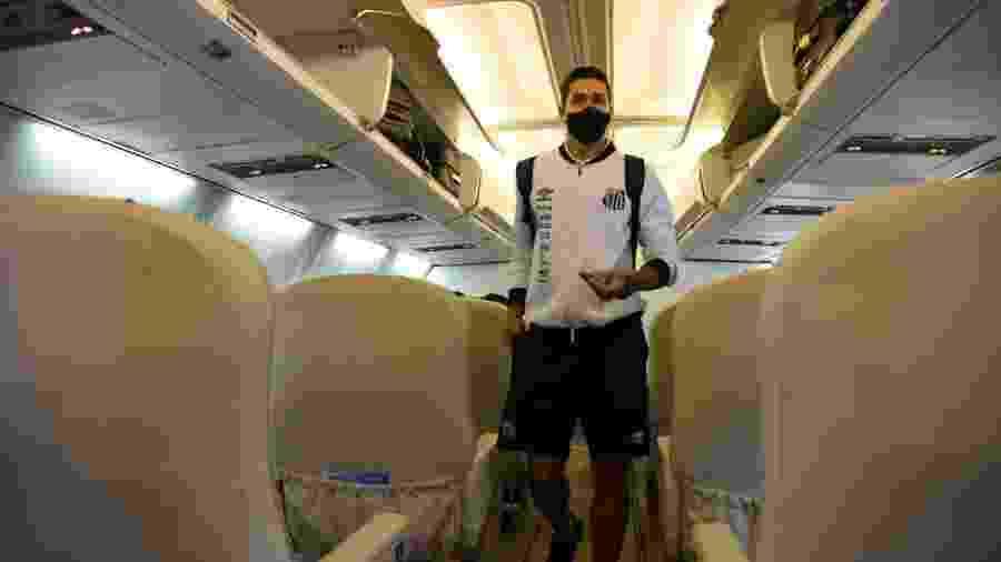 Lucas Veríssimo, zagueiro do Santos, em avião fretado rumo ao Equador - @SantosFC