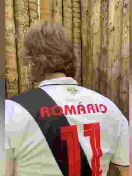Ricardo Sá Pinto exibe as costas da camisa do Vasco com o nome de Romário e o número 11 - Reprodução / Twitter - Reprodução / Twitter