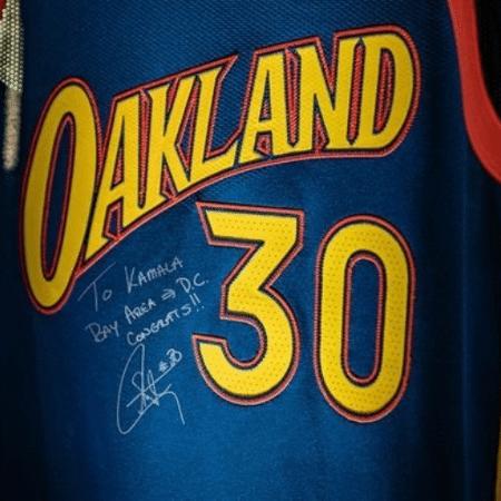 Camisa autografada por Stephen Curry para Kamala Harris, torcedora do Warriors - Divulgação