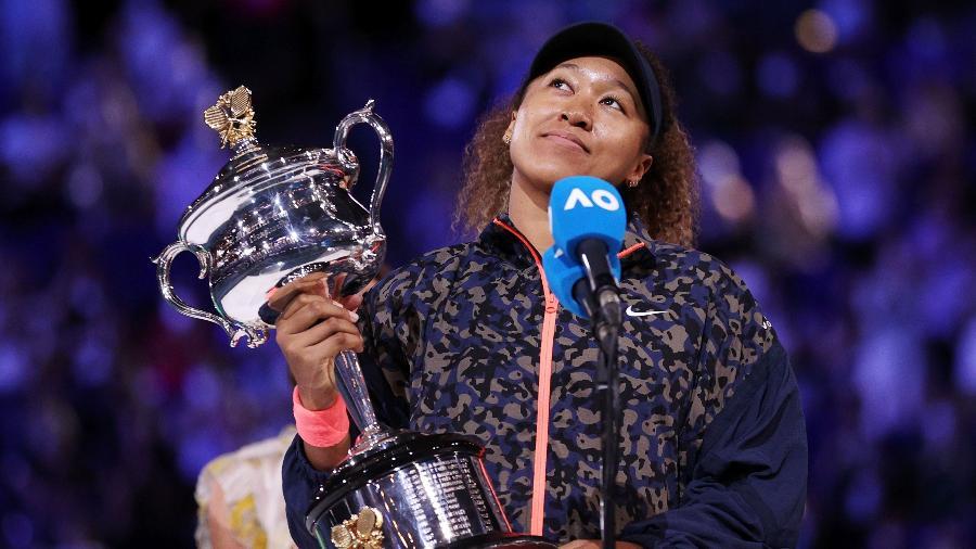 Naomi Osaka com o troféu do Australian Open de 2021 - Reuters