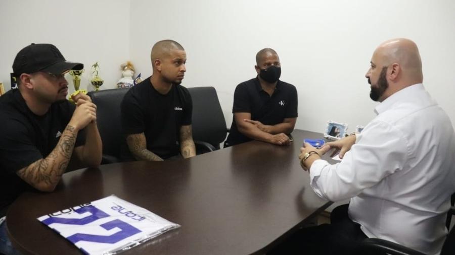 Matheus, Lucas e Marcelinho Carioca em reunião no São Caetano -  Foto Leonardo Lima/AD São Caetano