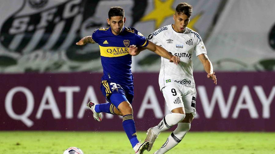 Kaio Jorge e Varela disputam lance em Santos x Boca Juniors na Libertadores - Guilherme Calvo-Pool/Getty Images