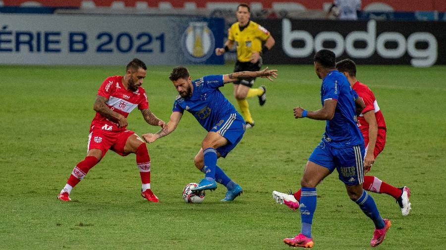Veterano é um dos líderes do Cruzeiro e foi substituído no segundo tempo contra o CRB - Alessandra Torres/AGIF