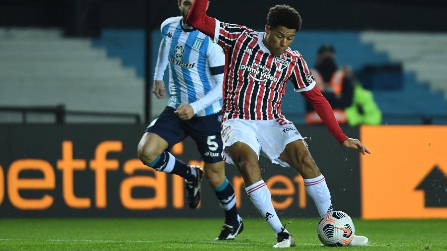 Gabriel Sara, do São Paulo, chuta ao gol na partida contra o Racing, pela Libertadores - Staff Images / CONMEBOL