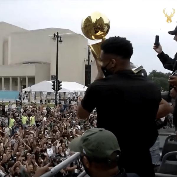 Giannis Antetokounmpo ergue troféu em desfile do Milwaukee Bucks após título da NBA