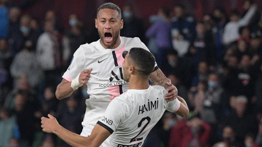 Neymar e Hakimi comemoram gol do PSG contra o Metz, pelo Campeonato Francês - AFP