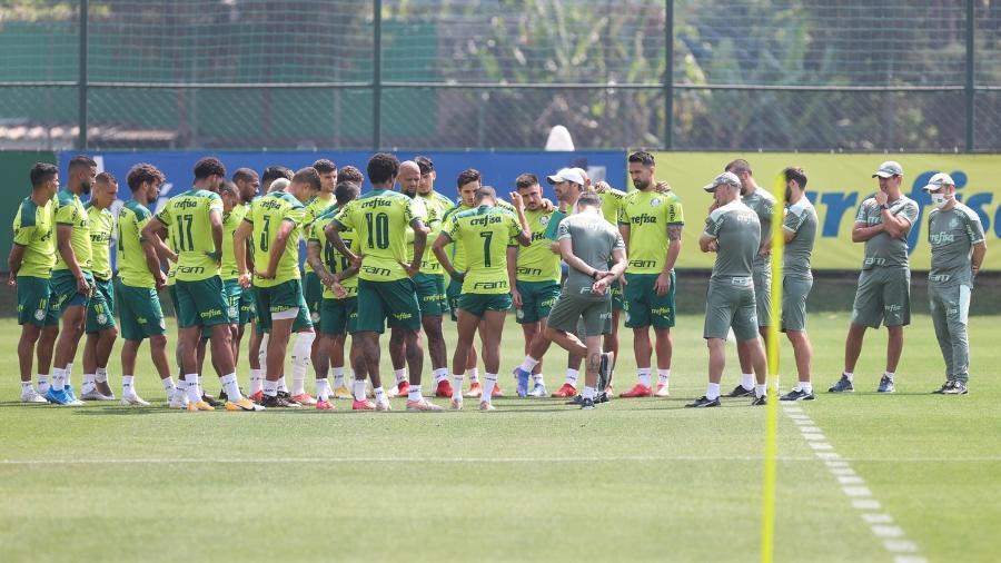 O técnico Abel Ferreira conversa com o elenco do Palmeiras durante treino - Cesar Greco/Palmeiras