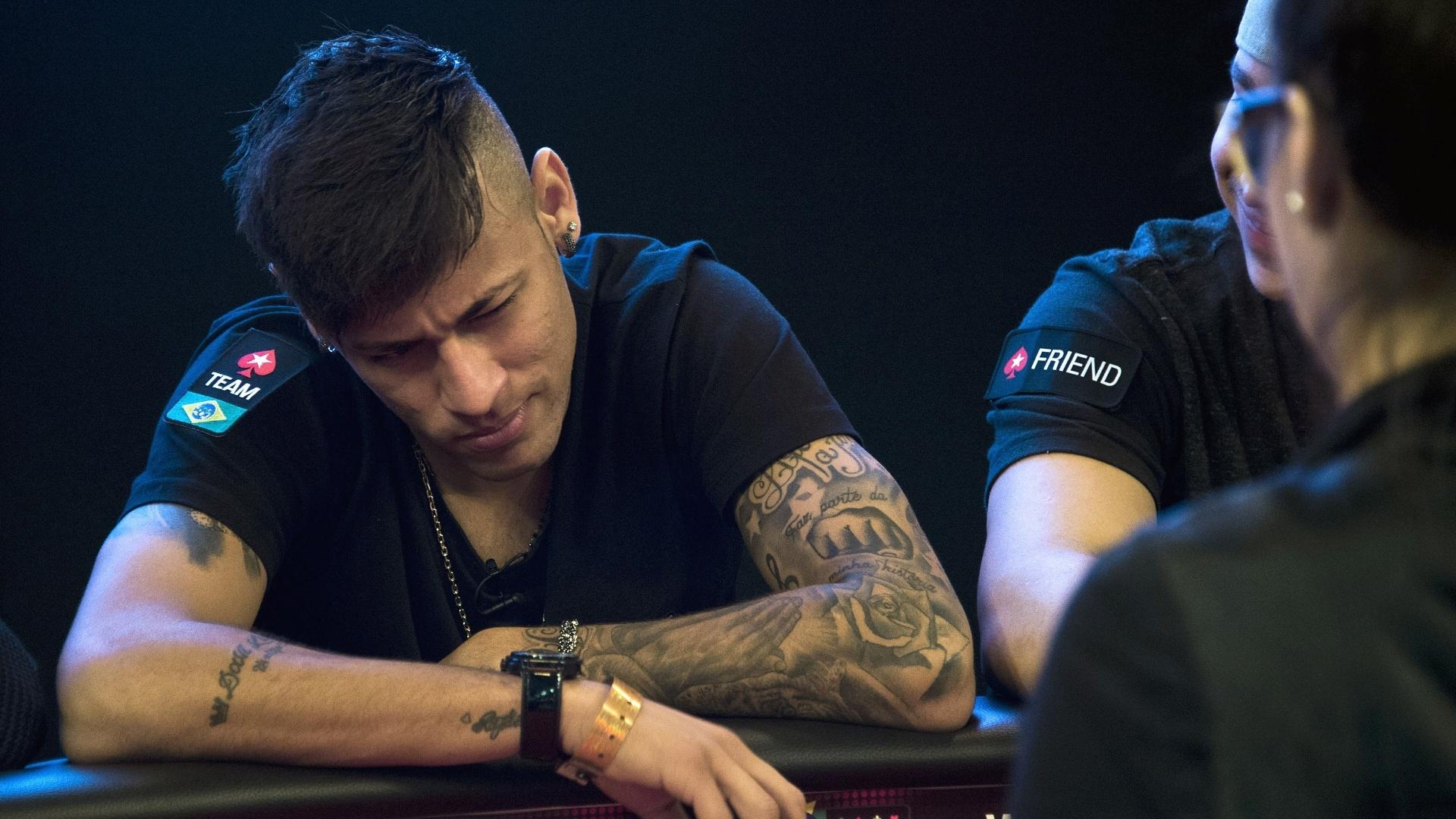 Em fim de férias no Brasil, Neymar participou de evento beneficente de pôquer em São Paulo