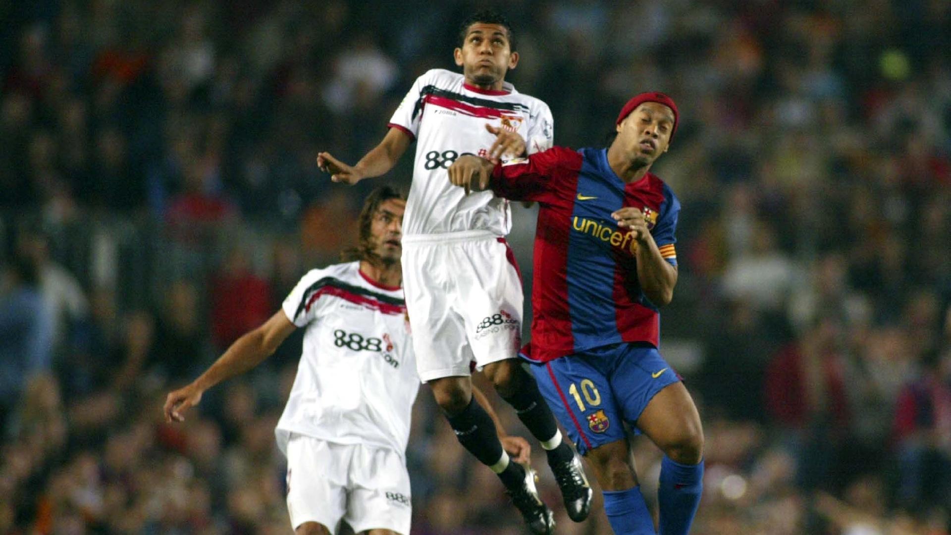 Daniel Alves também enfrentou Ronaldinho Gaúcho durante a sua passagem pelo Sevilla