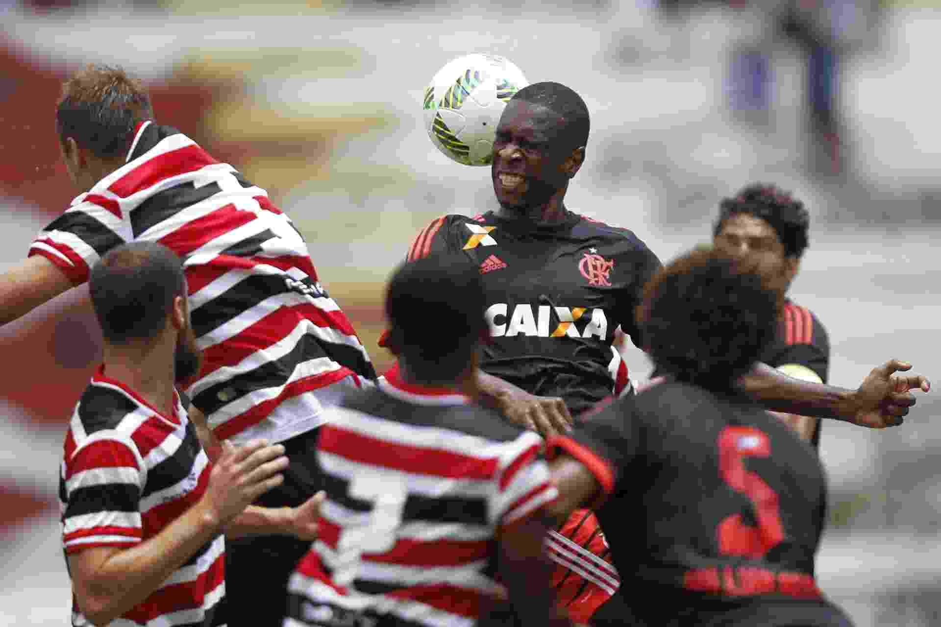 Zagueiro Juan sobe para tentar cabeçada em disputa na área do Santa Cruz - Gilvan de Souza / Flamengo
