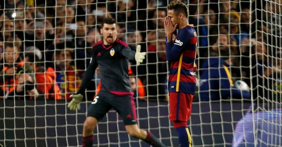 Neymar se lamenta após desperdiçar cobrança de pênalti para o Barcelona contra o Valencia pela Copa do Rei