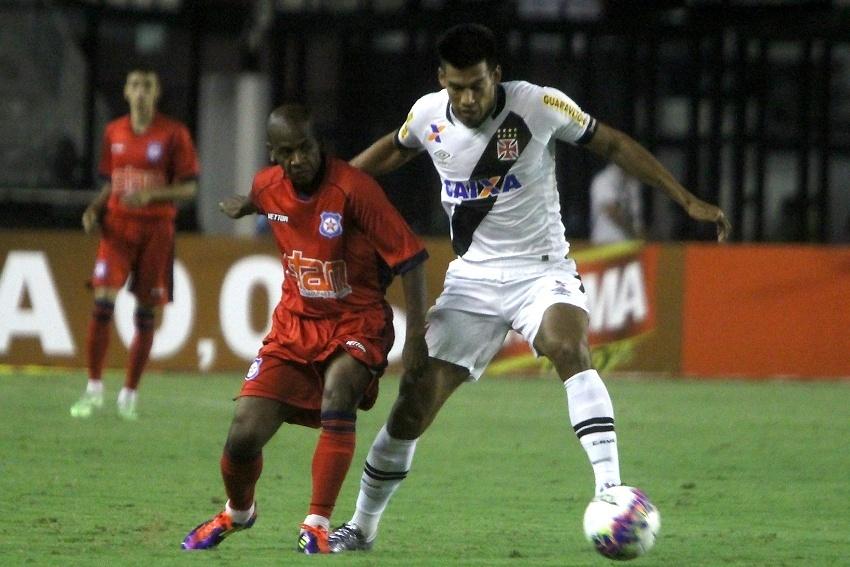 Jogadores disputam a bola durante a partida entre Vasco e Friburguense
