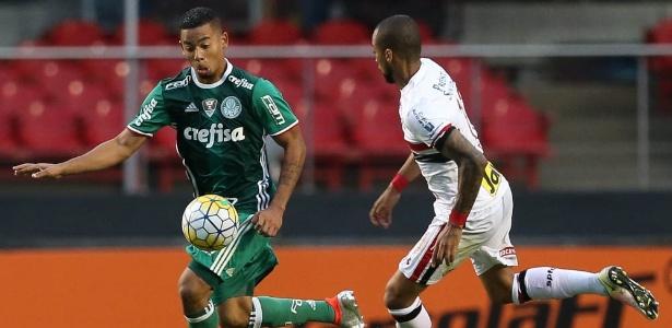 Gabriel Jesus disputa a bola com Wesley no clássico entre São Paulo e Palmeiras no primeiro turno