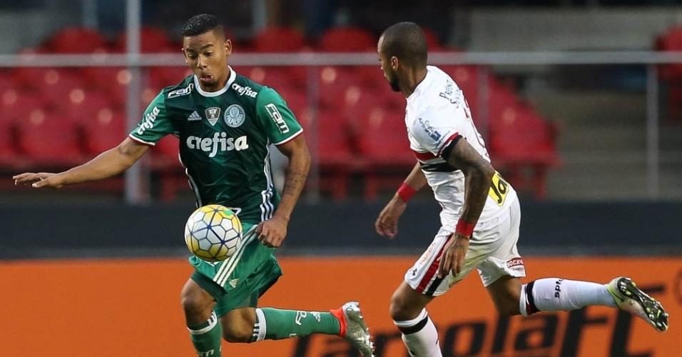 Gabriel Jesus disputa a bola com Wesley no clássico entre São Paulo e Palmeiras