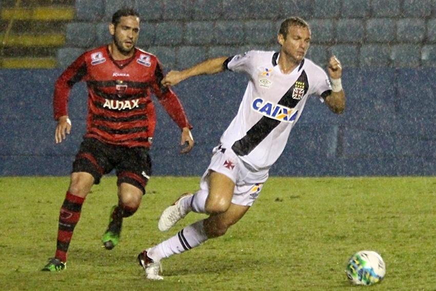 Marcelo Mattos disputa bola com jogador do Oeste