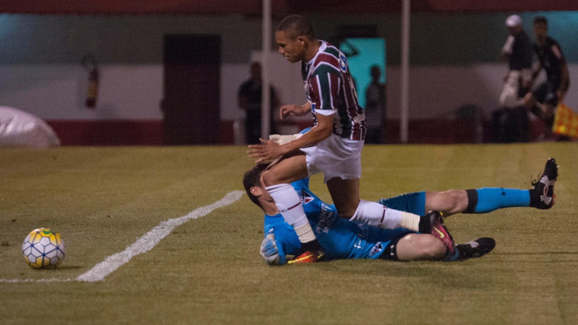 Árbitro marca pênalti de Denis, do São Paulo, em Wellington, do Fluminense