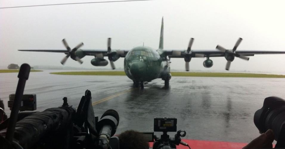 Avião Hércules com corpos de jogadores chega a Chapecó