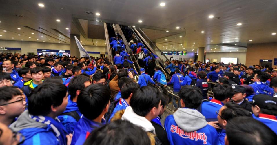 Centenas de torcedores comparecem ao aeroporto de Xangai para receber Tevez