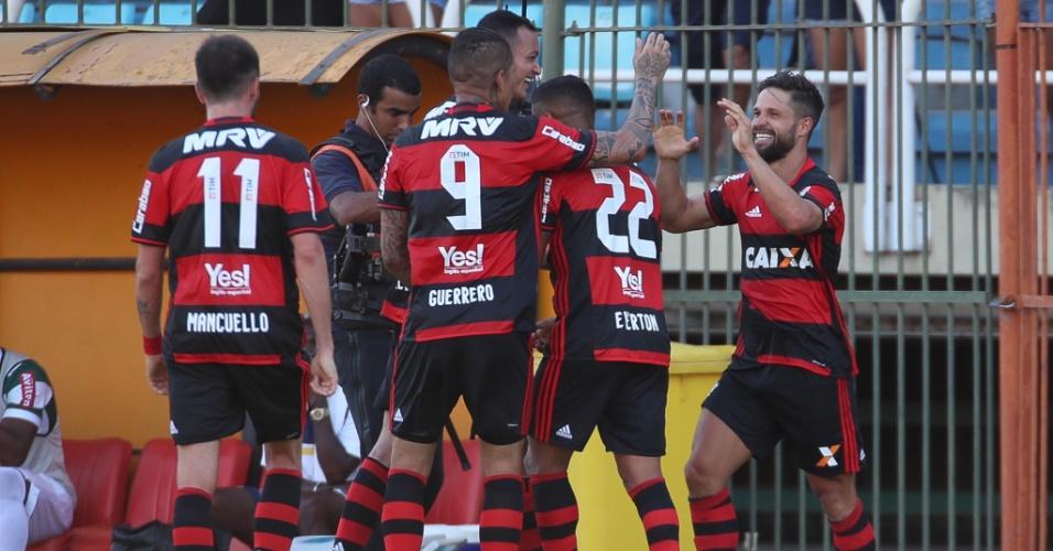 Os jogadores do Flamengo comemoram o gol de Diego, o primeiro na vitória sobre o Madureira