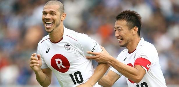 Nilton, volante do Vissel Kobe, é abraçado pelo capitão Kazuma Watanabe
