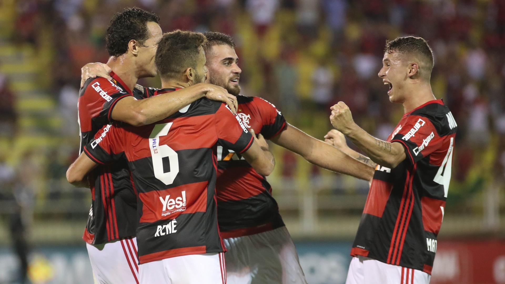 Leandro Damião, Renê e Felipe Vizeu: busca por um espaço maior no Flamengo