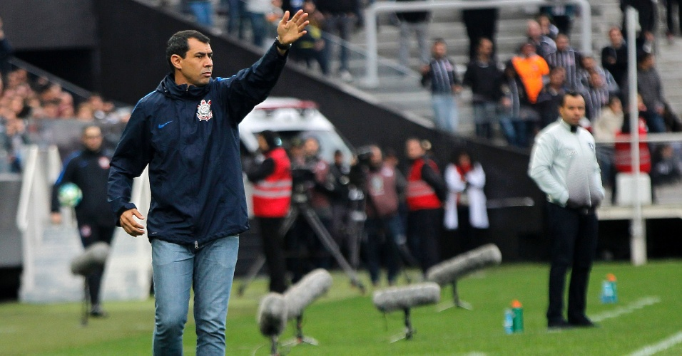 Fábio Carille orienta jogadores do Corinthians na partida contra o Botafogo