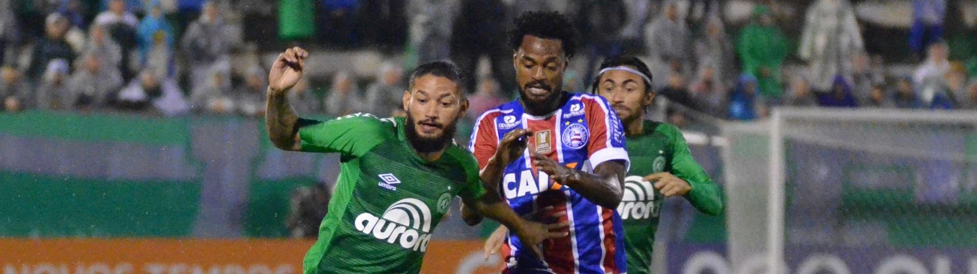 Arthur, da Chapecoense, protege a bola contra jogador do Bahia