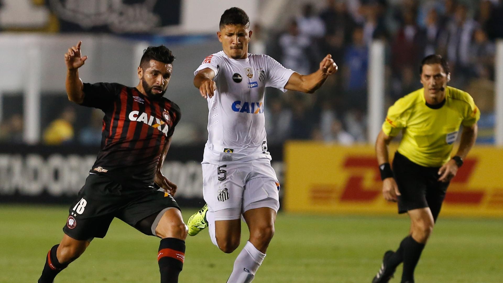Yuri, do Santos, disputa lance com Guilherme, do Atletico-PR, durante partida pela Copa Libertadores