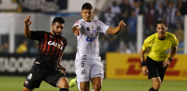 Yuri em ação pelo Santos em 2017: volante está na mira do Flu para a temporada que vem - Marcello Zambrana/AGIF