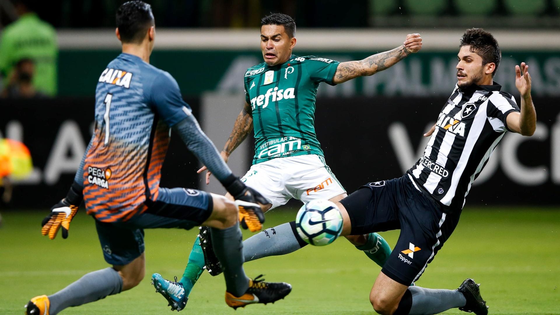 Rodrigo Pimpão e Gatito evitam o gol de Dudu na partida entre Palmeiras e Botafogo