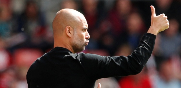 Guardiola gesticula durante partida do City contra o Southampton