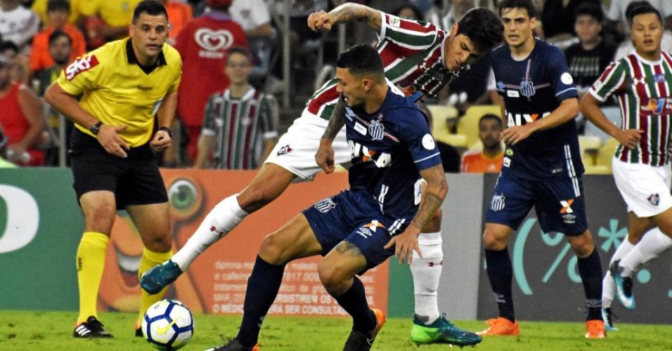 Pedro, do Fluminense, encara a marcação de Alisson, do Santos, durante partida do Brasileirão