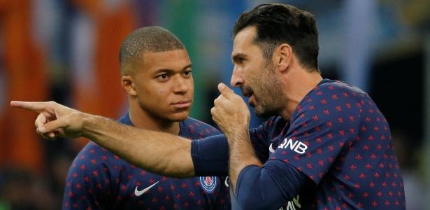 Buffon conversa com Kyllian Mbappé durante jogo do PSG - REUTERS/Jean-Paul Pelissier