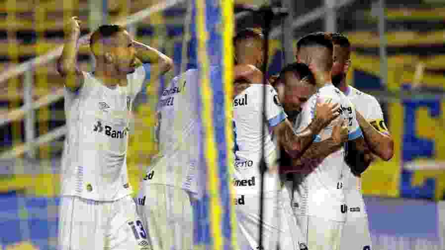 Grêmio foi surpreendido no início do jogo e depois oscilou mesmo com posse de bola - HECTOR RIO / AFP