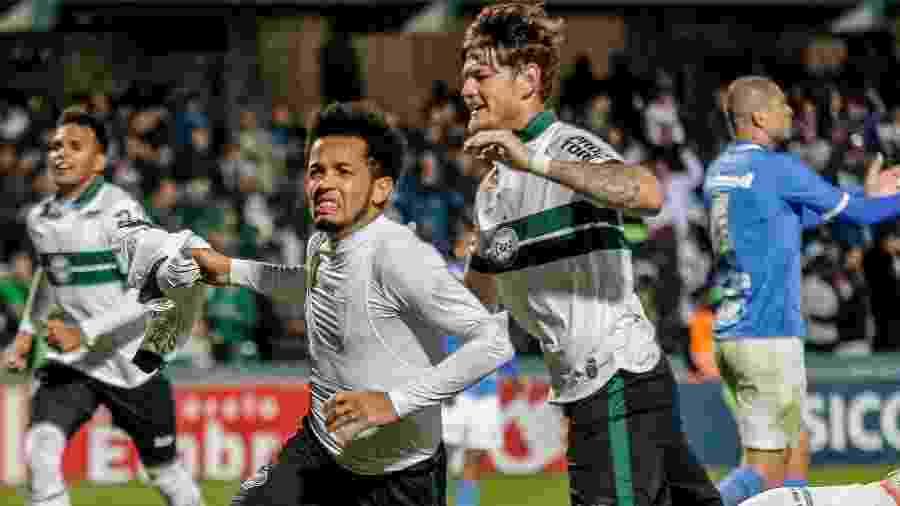 Rafinha comemora após marcar para o Coritiba contra o São Bento pela Série B - Gabriel Machado/AGIF