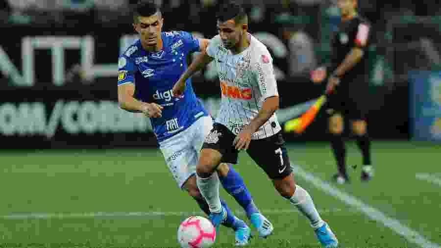 Sornoza, do Corinthians, e Egídio, do Cruzeiro, disputam bola em jogo do Brasileirão - Daniel Vorley/AGIF