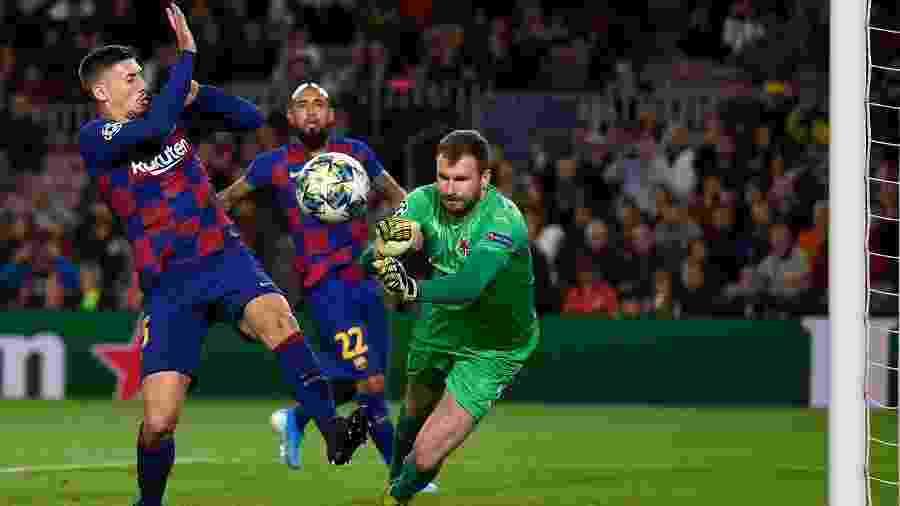 Goleiro Ondrej Kolar, do Slavia Praga, durante jogo contra o Barcelona pela Liga dos Campeões - Josep LAGO/AFP