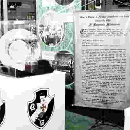 """Banner reproduzindo a """"resposta histórica"""" ao lado do troféu mais importante do Vasco: o da Libertadores de 1998 - Paulo Fernandes / Vasco - Paulo Fernandes / Vasco"""