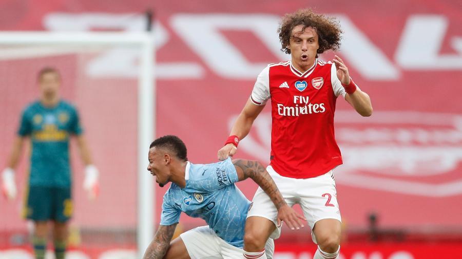 David Luiz leva a melhor sobre Gabriel Jesus na partida Arsenal x Manchester City pela Copa da Inglaterra - Matthew Childs/Pool/AFP