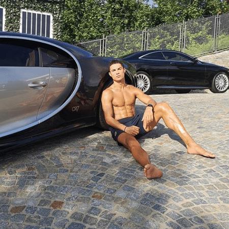 Cristiano Ronaldo posa ao lado de carrões para o Instagram - Reprodução/Instagram