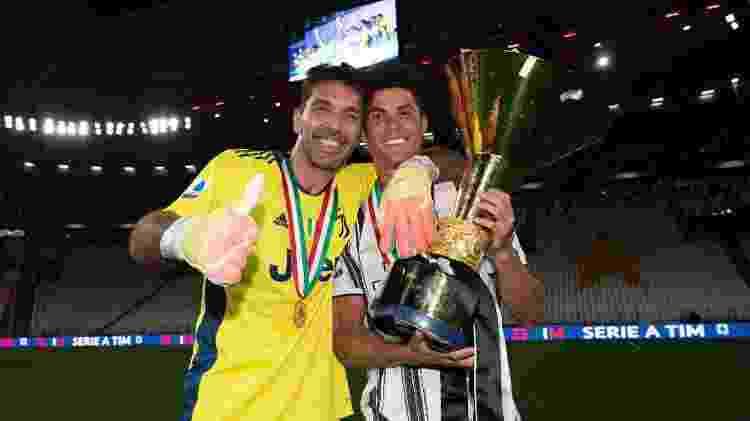 Buffon e Cristiano Ronaldo celebram a conquista do Italiano 2019/20 pela Juventus - Daniele Badolato - Juventus FC/Juventus FC via Getty Images - Daniele Badolato - Juventus FC/Juventus FC via Getty Images