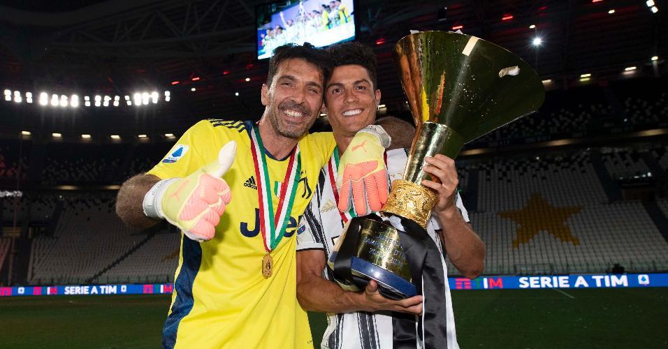 Buffon e Cristiano Ronaldo celebram a conquista do Italiano 2019/20 pela Juventus