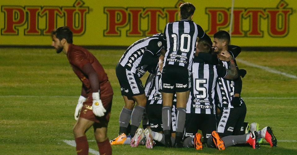 Jogadores do Botafogo comemoram vitória no fim contra o Paraná