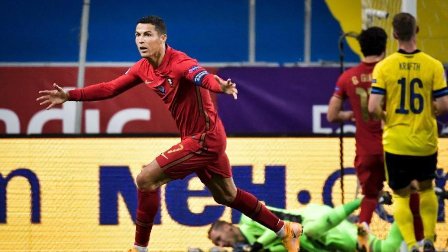 O atacante Cristiano Ronaldo marca seu 100º gol por Portugal na partida contra a Suécia, pela Liga das Nações - Janerik HENRIKSSON / TT NEWS AGENCY / AFP