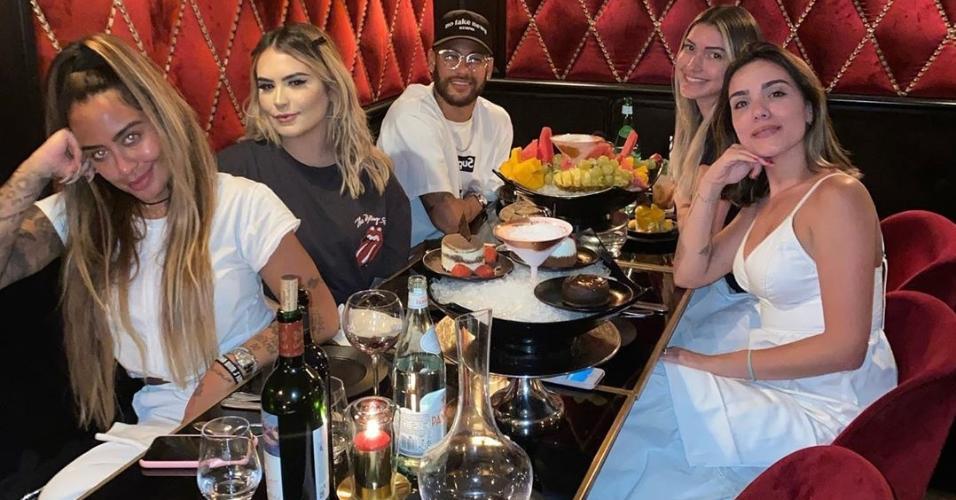 Neymar posa ao lado de Rafaella e amigas