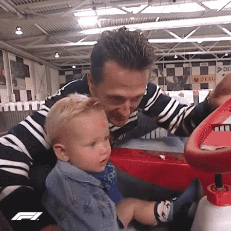 Mick Schumacher ao lado do pai, Michael, em 2000 - Reprodução/Twitter @F1