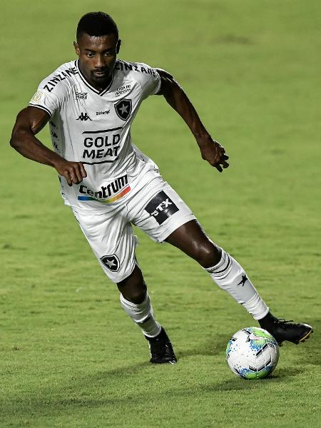 O atacante Kalou não é mais jogador do Botafogo - Thiago Ribeiro/AGIF